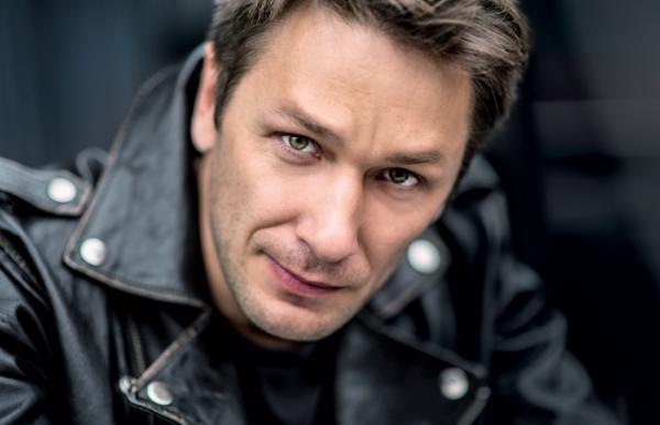 Обаятельный и харизматичный российский актёр Александр Константинов