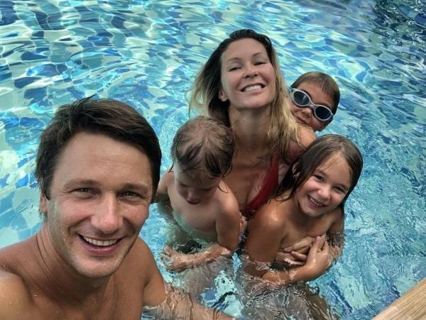 Константинов с семьёй на отдыхе