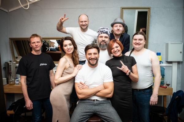 На фото: Устюгов со своей группой