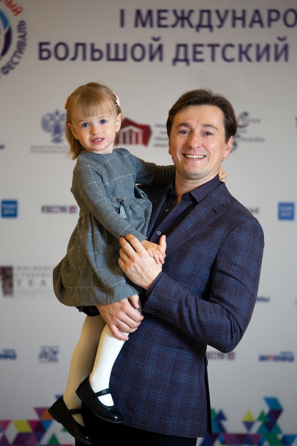 На фото: Сергей Безруков с дочкой Машей