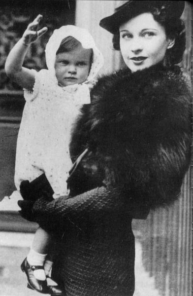 Фото дочери Вивьен Ли на руках у мамы