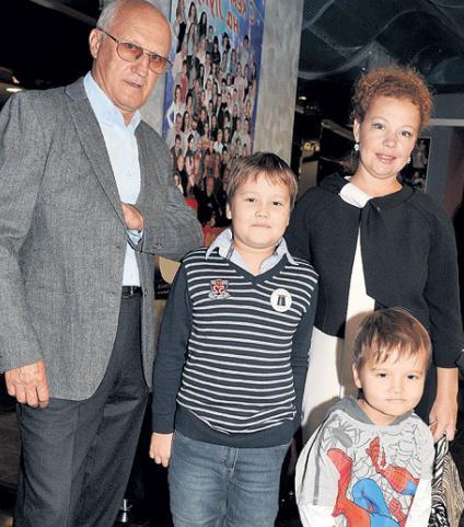 На фото: Юрий Беляев с женой и ее детьми