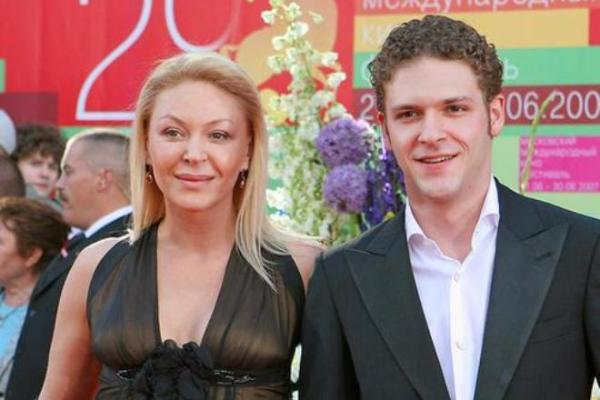 На фото: Константин Крюков с мамой, актрисой Аленой Бондарчук