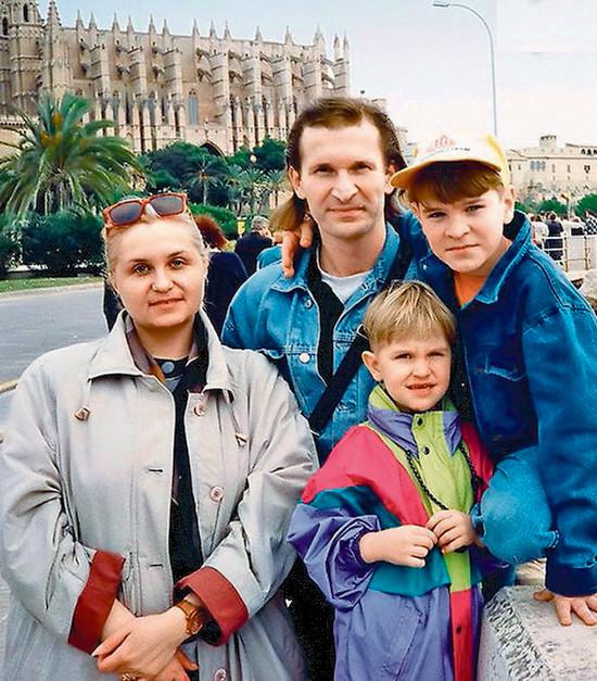 На фото: Иван Добронравов с родителями и братом