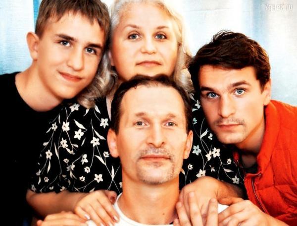 На фото: Виктор Добронравов с родителями и младшим братом