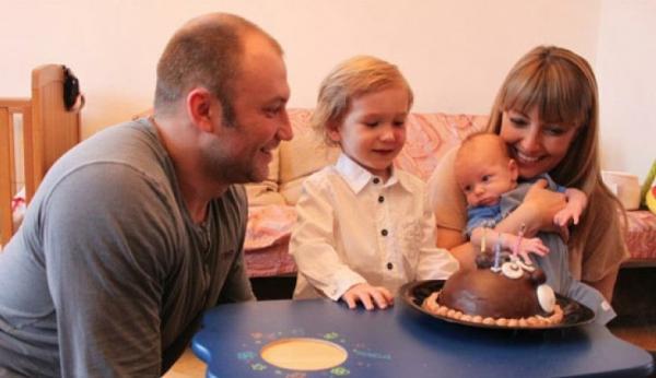 На фото: Константин Соловьев и Евгения Ахрименко с сыновьями