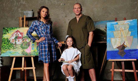 На фото: семья актера