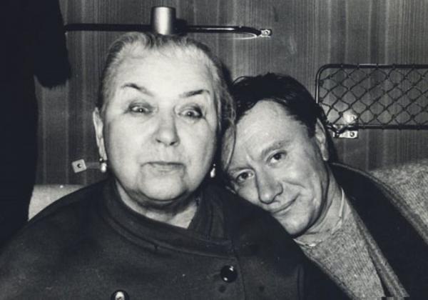 На фото: Андрей Миронов с мамой